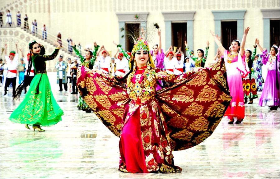 Dancing Tajik girls at the festival of Nowruz (photo)