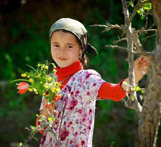 Цветочки в руках у девушек