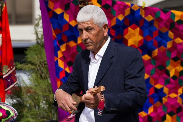 Фото таджика играющий на тамбуре