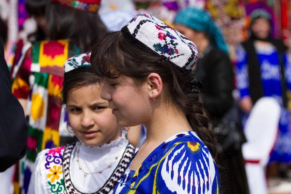 Фото школьников Таджичек одетые в национальных платьях