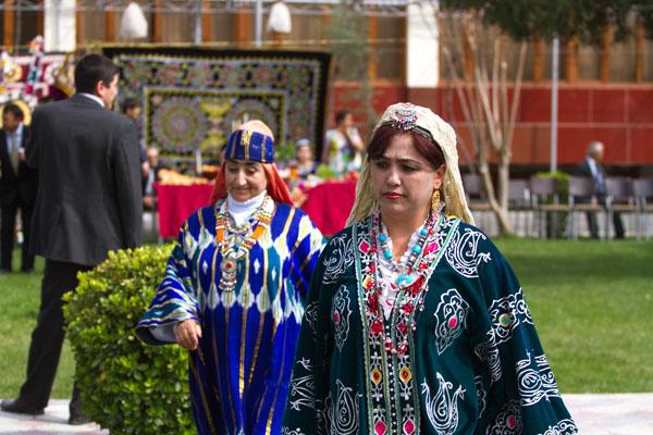 Фтография женщин таджичек в старинном одежде