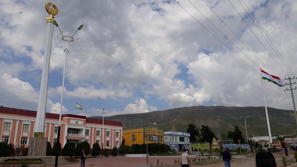 Административный центр района Хуросон (Ғозималик) . Красоное здание - это админстрация района