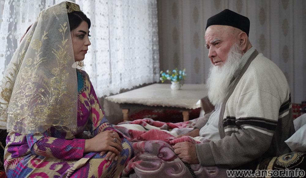 Дедушка и внучка в Таджикистане таджичка